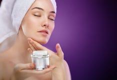 Applicazione della crema cosmetica Fotografia Stock
