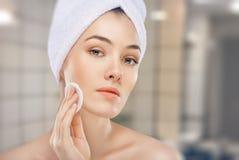 Applicazione della crema cosmetica Fotografie Stock Libere da Diritti
