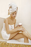 Applicazione della crema del corpo - salute e bellezza Fotografia Stock Libera da Diritti