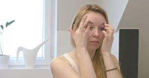 Applicazione della crema per bellezza archivi video