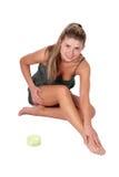 Applicazione della crema per il corpo fotografie stock libere da diritti