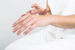Applicazione della lozione per le mani Immagini Stock