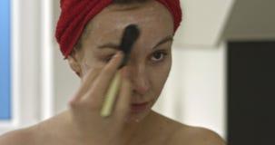 Applicazione della maschera di protezione con la spazzola video d archivio