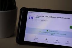Applicazione dello sviluppatore di Linkedln Lite sullo schermo di Smartphone Ricerca di lavoro facile, lavori & fotografia stock libera da diritti