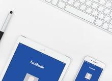 Applicazione di Facebook sull'esposizione del iPad e di iPhone Immagine Stock