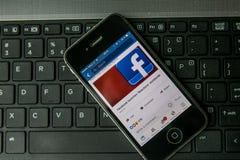 Applicazione di Facebook sullo schermo dello smartphone fotografia stock