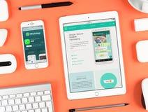 Applicazione di musica di Apple sull'esposizione del iphone e del ipad Immagini Stock