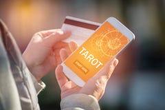 Applicazione di predizione dei tarocchi e carta di credito Fotografia Stock Libera da Diritti