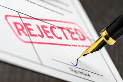 Applicazione firmata, penna stilografica e bollo rifiutati, colpo alto vicino Immagini Stock Libere da Diritti