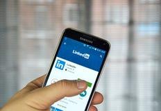 Applicazione mobile di Linkedin su un telefono cellulare immagini stock libere da diritti