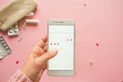 Applicazione mobile per seguire il vostro ciclo mestruale e per i segni PMS ed il concetto critico di giorni fotografia stock