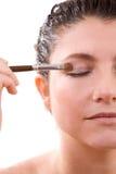 applicera ögonskugga arkivfoto