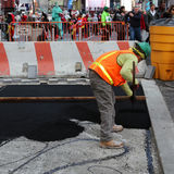 Applicera asfalt Royaltyfri Bild