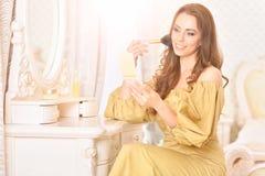 applicera attraktivt makeupkvinnabarn Fotografering för Bildbyråer