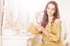 applicera attraktivt makeupkvinnabarn Arkivbilder