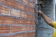 Applicera cement arkivfoton