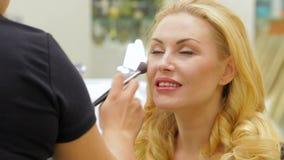 applicera den härliga sminkkvinnan stock video