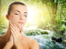 applicera den organiska kvinnan för skönhetsmedel Arkivfoton