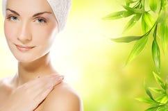 applicera den organiska kvinnan för skönhetsmedel Arkivfoto