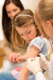 applicera den pediatriska vaccinationen för barninjektionen Royaltyfri Foto