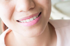 applicera den rosa kvinnan för läppstift Arkivbilder