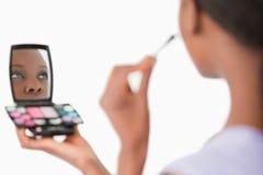 applicera den täta sminkkvinnan Fotografering för Bildbyråer