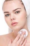 applicera den täta svampen för skönhet upp kvinna Royaltyfria Bilder
