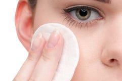 applicera den täta svampen för skönhet upp kvinna Royaltyfri Fotografi
