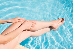 Applicera en kräm på hennes fot under att solbada Arkivbilder