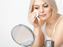 Applicera för makeup. Härlig kvinna som gör daglig makeup. Kosmetiskt applicera för svamp fotografering för bildbyråer