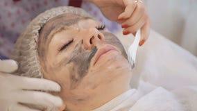 Applicera flottan råna maskeringen på kvinnlig framsida stock video