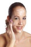 applicera fuktighetsbevarande hudkräm Arkivbilder