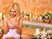 applicera fuktighetsbevarande hudkrämkvinnan royaltyfri bild