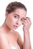 applicera genomskinlig fernissa för omsorgshud royaltyfri bild