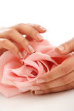 applicera genomskinlig fernissa för omsorgshud Royaltyfri Fotografi