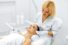applicera genomskinlig fernissa för omsorgshud Ansikts- skalning för ultraljudCavitation Rentvå för hud Royaltyfri Fotografi