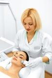 applicera genomskinlig fernissa för omsorgshud Ansikts- skalning för ultraljudCavitation Rentvå för hud Royaltyfria Bilder
