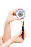 applicera genomskinlig fernissa för omsorgshud Closeup av borste- och leragyttjamaskeringen Arkivbild