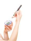 applicera genomskinlig fernissa för omsorgshud Closeup av borste- och leragyttjamaskeringen Arkivfoto