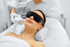 applicera genomskinlig fernissa för omsorgshud Framsidaskönhetbehandling IPL Fotoansiktsbehandlingterapi ansel Fotografering för Bildbyråer
