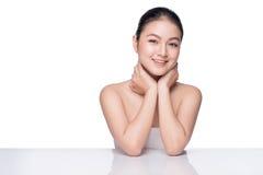 applicera genomskinlig fernissa för omsorgshud Härlig ung asiatisk kvinna med ren ny hudtou Arkivfoto