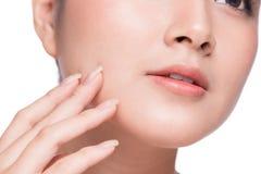 applicera genomskinlig fernissa för omsorgshud Härlig ung asiatisk kvinna med ren ny hudtou royaltyfri foto