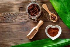 applicera genomskinlig fernissa för omsorgshud Kaffe skurar och kaffebrunnsorten som är salt på träcopyspace för bästa sikt för b Arkivbild