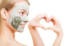 applicera genomskinlig fernissa för omsorgshud Kvinna i leragyttjamaskering på framsida _ Royaltyfri Bild