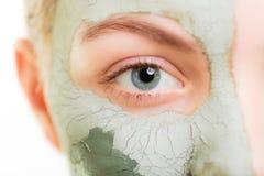 applicera genomskinlig fernissa för omsorgshud Kvinna i leragyttjamaskering på framsida _ Royaltyfria Bilder