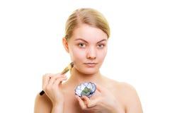 applicera genomskinlig fernissa för omsorgshud Kvinna som applicerar leragyttjamaskeringen på framsida Arkivfoton