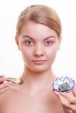 applicera genomskinlig fernissa för omsorgshud Kvinna som applicerar leramaskeringen på framsida Spa Royaltyfri Foto