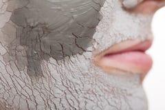 applicera genomskinlig fernissa för omsorgshud Kvinna som applicerar leramaskeringen på framsida Spa Fotografering för Bildbyråer