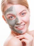 applicera genomskinlig fernissa för omsorgshud Kvinna som applicerar leramaskeringen på framsida Spa Royaltyfri Bild