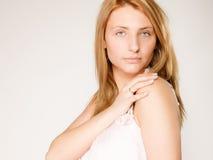 applicera genomskinlig fernissa för omsorgshud Kvinnaframsida med ingen makeup Arkivfoton